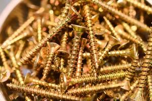 Shiny_copper_brass_screws_polished_metal